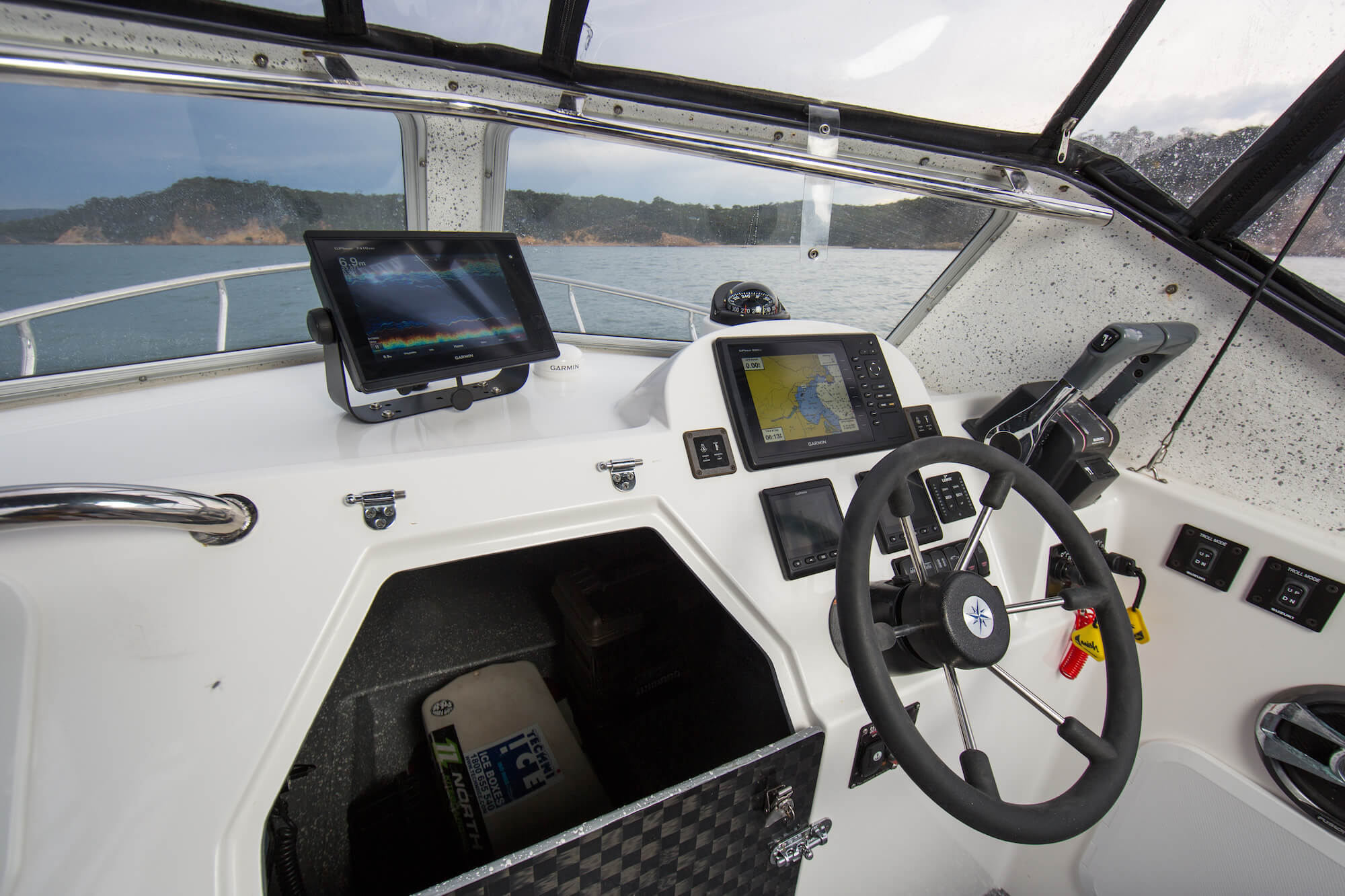 Electronics & controls on the Edencraft 6.0m Offshore dash